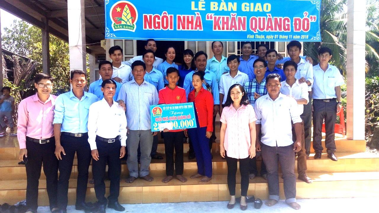 """Đầm ấm Lễ trao nhà quỹ """"Khăn quàng đỏ"""" cho một học sinh của trường TH&THCS Phong Đông"""