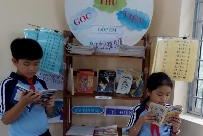 Tập thể lớp 3A1 trường TH&THCS Phong Đông cùng nhau trang trí góc thư viện