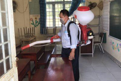 Phối hợp Trạm Y tế xã Phong Đông tổ chức tiêu độc khử trùng trước thềm năm học 2020-2021