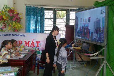 Cô giáo mang học trò ra nước ngoài trong giờ học tiếng Anh