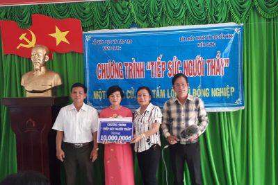 """Chương trình """"Tiếp sức người Thầy"""" đã đến thăm hỏi và thực hiện chương trình tiếp sức cho cô giáo Tô Thanh Liễm, Giáo viên Trường TH&THCS Phong Đông, huyện Vĩnh Thuận, tỉnh Kiên Giang."""