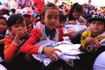 Học sinh Tiểu học Trường TH và THCS Phong Đông nhận 1.400 suất quà nhân dịp đầu năm học mới